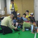 子どもたちにロボットの説明