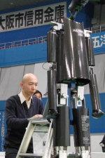 等身大ヒューマノイドロボット33号機の調整の様子