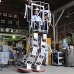 ロボットの胴体内に搭乗して歩行