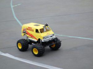 自動運転中のラジコンカーの写真