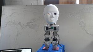 ロボットの顔が人の方を向く写真